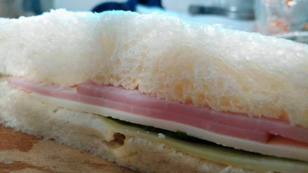 hana包丁の切れ味 サンドイッチも綺麗に切れる!