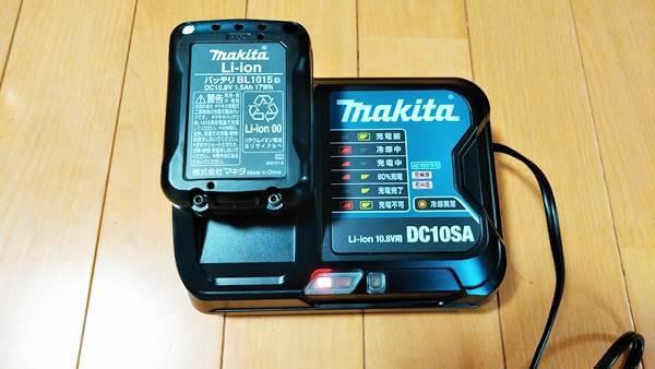 マキタコードレス掃除機充電器で充電中