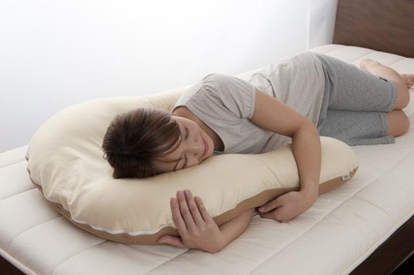 抱かれ枕横寝