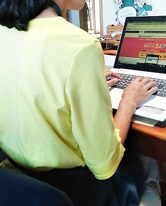 ノートパソコンスタンド姿勢(肩が凝らない)